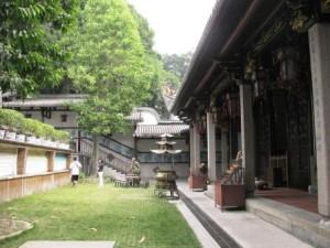 Внутри буддийского монастыря Белой пагоды