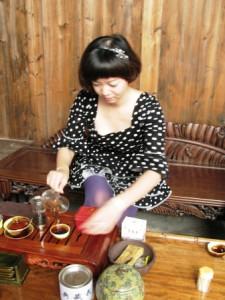Чайная мастерица ещё не знала в этот момент, что к ней пожаловали чайные туристы. Но узнав, страшно обрадовалась