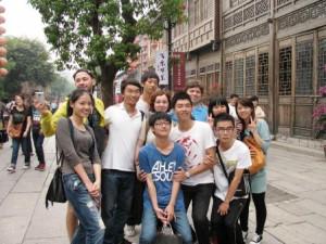 Самая любимая игра молодых китайцев: поймать лаоваев и фотографироваться с ними до посинения