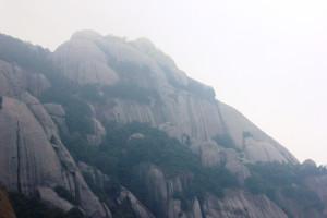 Горы Великой Матушки - это прежде всего уникальный геопарк. По красоте серых скал причудливой формы с этой местностью могут поспорить лишь Жёлтые горы