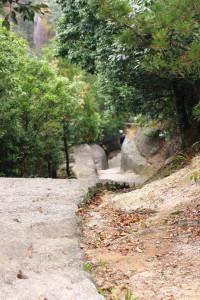 Главная сложность прогулок в горах - то, что всё время приходится скакать вверх/вниз. Вариант наилегчайшего подъёма/спуска