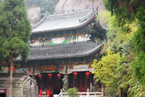 Посреди скал спрятался главный храм Тайму. Именно тут когда-то монахи стали выращивать чай