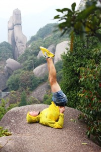 Андрей упорно делал свою берёзку. Видимо, соперничая со скалами в прямизне и вертикальности