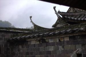 Коньки крыш всегда изогнуты. Это делается для того, чтобы спускающиеся духи скатывались по ним и улетали обратно на небо.