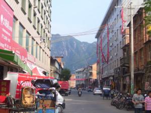 Улица в Байлинь с видом на Таймушань