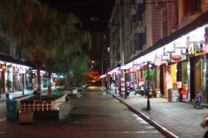 На протяжении пятиста метров расположено около сотни чайных магазинов.