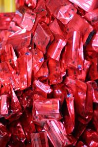 Расфасованный в красные пакетики красный чай Байлинь Гунфу