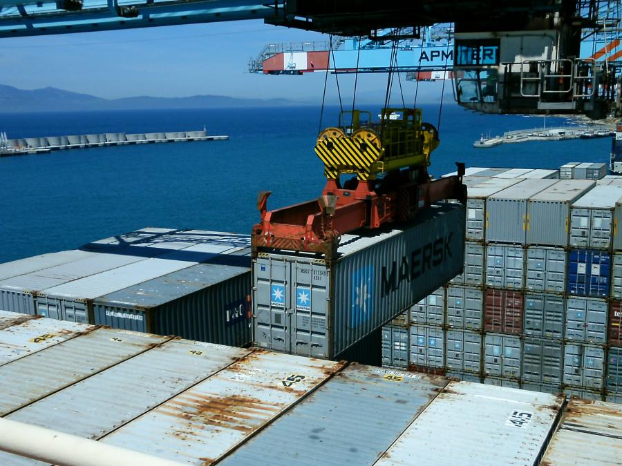 Погрузка контейнеров на контейнеровоз