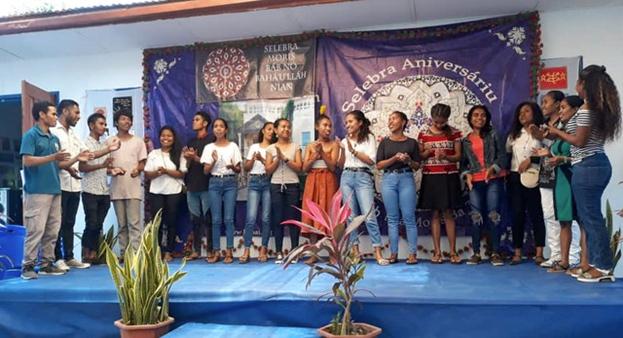 Фотография сделана до нынешнего глобального кризиса в области здравоохранения. В последние годы усилия общины бахаи Восточного Тимора по созданию общин во всё большем числе городов и деревень проложили путь к созданию Национального Духовного Собрания.