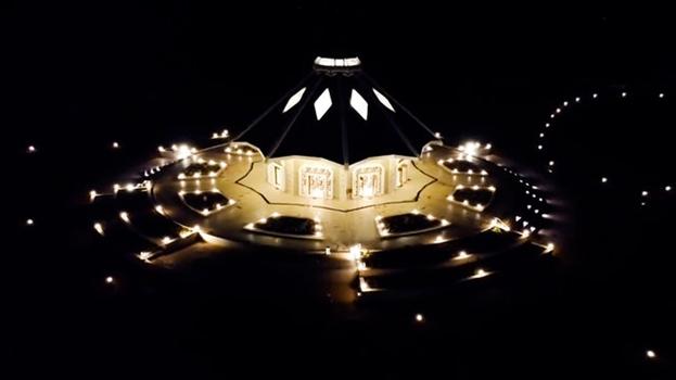 Вид сверху местного Дома Поклонения бахаи в Матунда Сой, Кения. Дома поклонения бахаи упоминаются в писаниях бахаи как «Машрик ал-Азкар», что означает «Место Восхода Хвалы Божией».