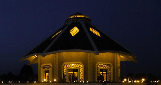 Ночной вид местного Дома Поклонения бахаи в Матунда Сой, Кения. Дом Поклонения наделён уникальными функциями. Это сердце социума, он открыт для всех людей. Это место, где молитва и размышления вдохновляют на служение обществу.