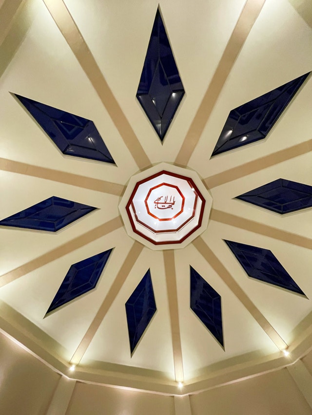 Священный символ бахаи, известный как «Величайшее Имя», был помещён в центре купола в самом конце строительства. «Величайшее Имя» — это каллиграфическое представление обращения к Богу: «О Слава Всеславного».