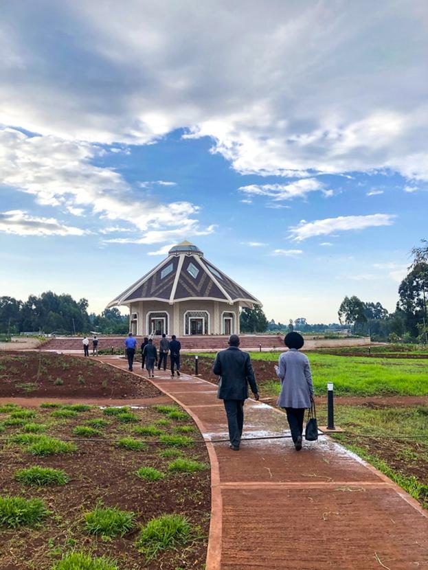 Участники церемонии открытия подходят к Дому Поклонения в Матунда-Сой, Кения.