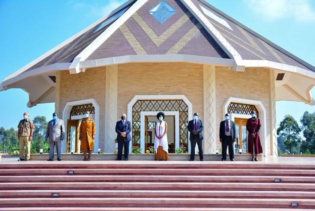 Восемь из девяти членов Национального Духовного Собрания бахаи Кении смогли присутствовать на освящении храма, который стал первым Домом Поклонения Бахаи в стране.