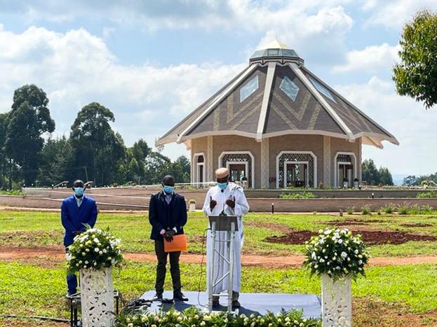 Шейх Шабан Вазири, лидер исламской общины в Матунде, молится на церемонии посвящения.