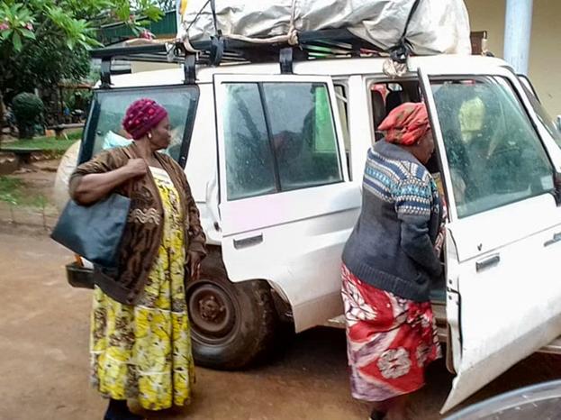 Члены Комитета по чрезвычайным ситуациям, учреждённого Национальным Духовным Собранием, отправляются из Банги, чтобы доставить припасы в населённые пункты, пострадавшие от вооружённого конфликта.