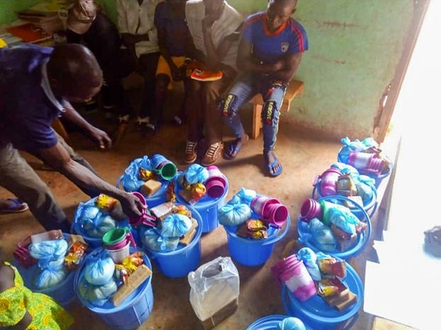 Действия по оказанию помощи осуществляются в соответствии с мерами безопасности, требуемыми правительством. Пакеты с припасами, подготовленные при содействии комитета по чрезвычайным ситуациям, подготовлены для раздачи жителям деревни в Центральноафриканской Республике.