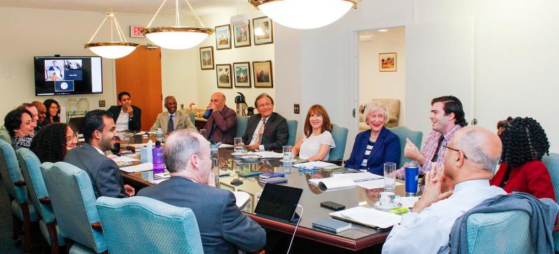 Фотография сделана до нынешнего глобального кризиса в области здравоохранения. Этот симпозиум был одним из мероприятий в рамках регулярных проектов Офиса по связям с общественностью бахаи Соединённых Штатов, нацеленных на продвижение общественной дискуссии о расовом единстве.