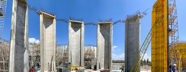 На этом панорамном изображении показаны шесть из восьми колонн, которые служили ключевыми структурными элементами главного здания до его полного завершения.