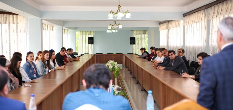 Семинар по социальным сетям и их влиянию на общество, проведённый Управлением по внешним связям бахаи Азербайджана в рамках его усилий по содействию дискуссии о роли СМИ в обществе.