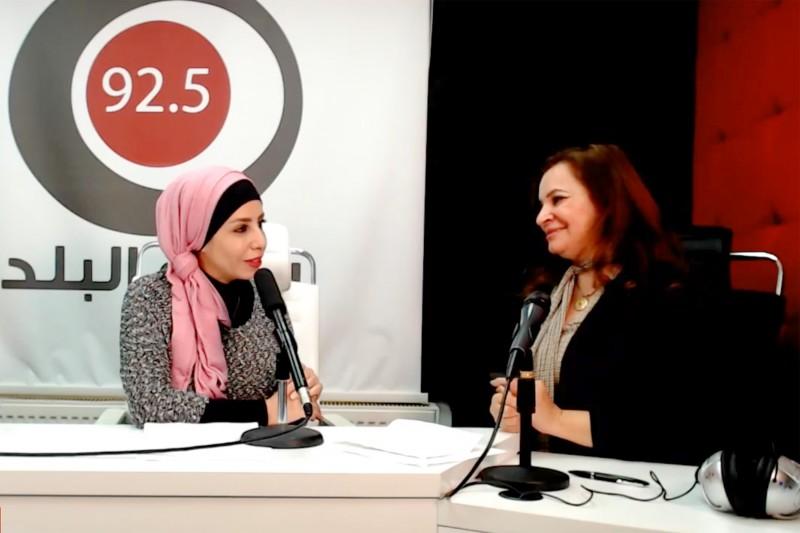 Тагрид Аль-Догми, ведущая «Радио Аль-Балад», и Тахани Рухи из Офиса общественной информации бахаи обсуждают потенциал СМИ как движущей силы социального прогресса.