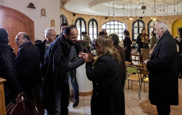 В «культурном кафе» в Суссе, Тунис, организованном общиной бахаи страны, религиозные лидеры и лидеры гражданского общества собрались вместе, чтобы обменяться идеями об улучшении положения женщин.