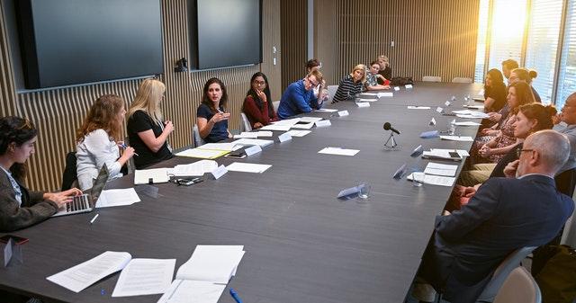 Встреча, организованная общиной бахаи Австралии, собрала журналистов и общественных деятелей, чтобы обсудить, каким образом СМИ могут играть конструктивную роль в обществе.