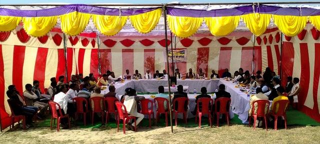 Тридцать деревенских старост, или прадханов, собрались на конференцию, организованную индийской общиной бахаи в деревне Гапчарияпур, штат Уттар-Прадеш, для конструктивного обсуждения своей общей ответственности за процветание и духовное благополучие своих людей. Эти 30 прадханов представляют около 380 деревень в регионе из 950. В общей сложности здесь проживает около миллиона человек.