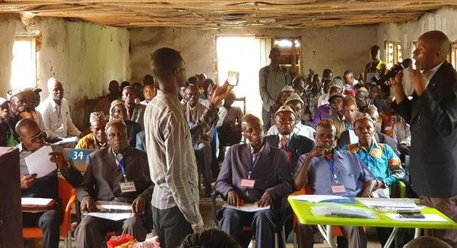 На конференции в Какенге, регион Центральный Касаи, бахаи Демократической Республики Конго собрали вместе около 60 деревенских и племенных вождей, многие из которых находились на противоположных сторонах вооружённого конфликта всего год назад, чтобы изучить пути построения общества, опирающегося на принципы гармонии, справедливости и процветания.
