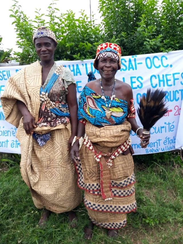 Вождь Нкаи Матала из деревни Лушику (справа) и вождь Мбинди Годи из деревни Нденга Монго на конференции в Какенге, регион Центральный Касаи, организованной бахаи Конго. Они назвали собрание «замечательным шагом вперёд, который открывает много новых возможностей для осознания единства народов и процветания наших сообществ».