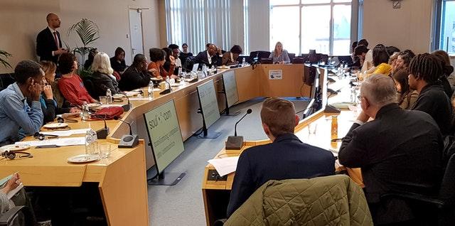 Брюссельский офис Международного Сообщества Бахаи (BIC) во время круглого стола в Европейском парламенте в январе. Брюссельский офис провёл дискуссию о том, как институты и субъекты гражданского общества могут выработать язык, который одновременно бы уважал разнообразие и способствовал осознанию общей идентичности.