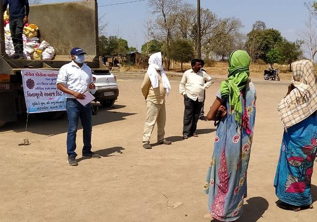 В одной деревне в Индии строительная компания, принадлежащая местным бахаи, использовала свои грузовики и другие ресурсы во время эпидемии, чтобы доставить продукты питания 2500 бедствующим семьям в 50 отдалённых деревнях.