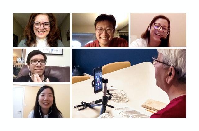 Дружба, возникшая между участниками программы «Уголок английского» в Ванкувере, Канада, стала для них источником поддержки в трудные времена. Этот проект был инициирован бахаи с целью помочь людям, изучающим английский язык.
