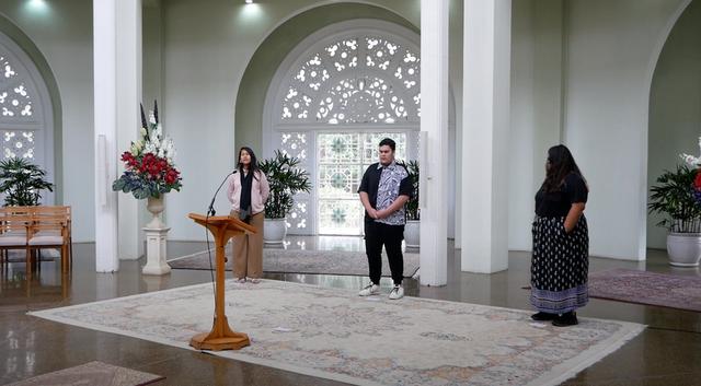 В этом году поступки, проникнутые молитвенным духом и бескорыстием, привлекали всё больше внимание в коллективной жизни человечества. В местах, где есть Дома Поклонения бахаи, прямые трансляции религиозных программ и онлайн-собрания для коллективной молитвы, — такие, как на этом фото из Дома Поклонения в Австралии, — объединяли множество людей, развеивая их тревогу и вселяя надежду.