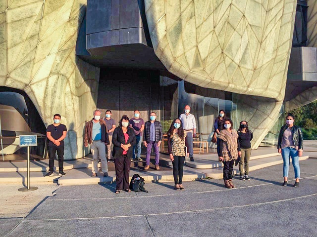 Дом Поклонения в Сантьяго, Чили, продолжал служить источником надежды, предлагая религиозные программы онлайн. На фото — добровольцы, которые ухаживают за храмом с тех пор, как его двери закрылись для посетителей в соответствии с мерами общественной безопасности, принятыми правительством.