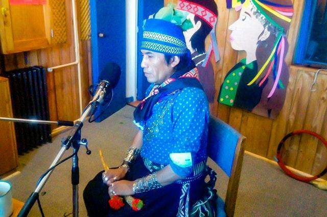 «Радио бахаи Чили», базирующееся в Лабрансе, Чили, поддерживает тесный диалог с окружающими коренными народностями, стремясь адаптировать свои программы с учётом их потребностей и чаяний. Молитвы на местном языке мапуче давно стали неотъемлемой частью регулярных программ «Радио бахаи Чили».