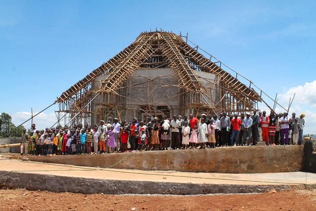 До пандемии люди всех возрастов регулярно собирались на территории местного Дома Поклонения бахаи в г. Матунда-Сой, Кения, чтобы вместе молиться и оказывать посильную помощь по различным аспектам содержания этого места.