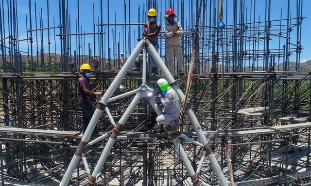 С тех пор, как в декабре прошлого года был завершён фундамент Дома поклонения в Папуа-Новой Гвинее, продолжались работы над сложной стальной конструкцией для центрального здания, которая повторяет уникальный узор плетения наружных стен.
