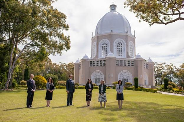 Член парламента Джейсон Фалински посетил Дом Поклонения бахаи в Сиднее, где ему был вручён экземпляр книги «Создавая общую картину мира».