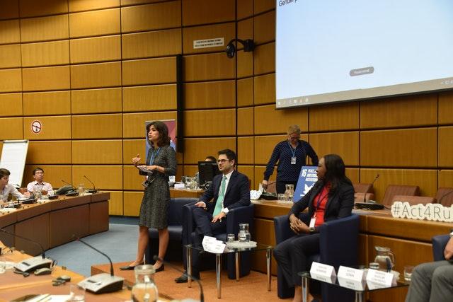 Фотография сделана до нынешнего глобального кризиса в области здравоохранения. Лейла Тавернаро представляет австрийскую общину бахаи на конференции ООН по предупреждению преступности и уголовному правосудию в Вене в октябре 2019 года.