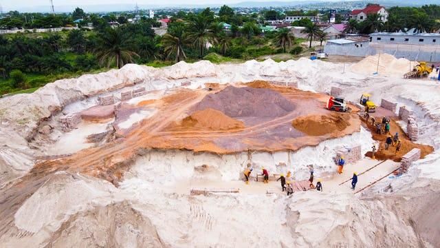 После церемонии закладки первого камня в октябре началась выемка грунта под фундамент.