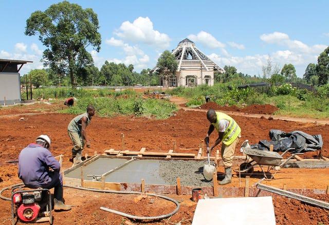 По мере того, как строительство продвигается вперёд, начинаются работы в садах и на дорожках, которые будут окружать храм.