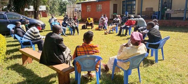 Члены общины обсуждают будущее храма. Местный Дом Поклонения станет центром общественной жизни в Матунда-Сой, вдохновляя на молитвы и служение жителей всего района.