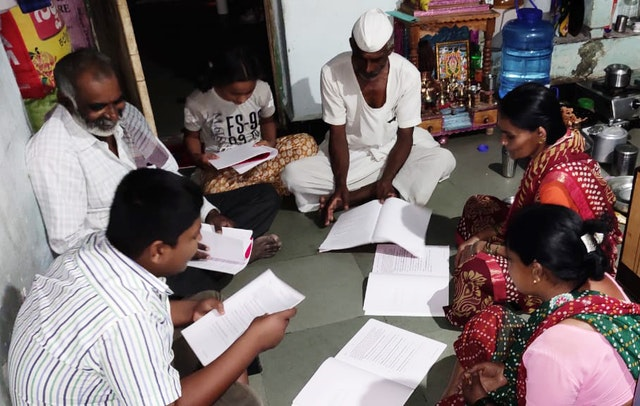 Семья в Индии проводит время вместе во время пандемии, чтобы читать и обсуждать учебные материалы бахаи, которые укрепляют потенциал служения обществу.