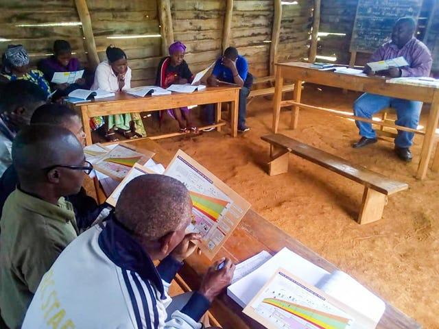 Фотография сделана до нынешнего глобального кризиса в области здравоохранения. Члены общины в Чанджаву проходят подготовку в качестве санитарных инструкторов.