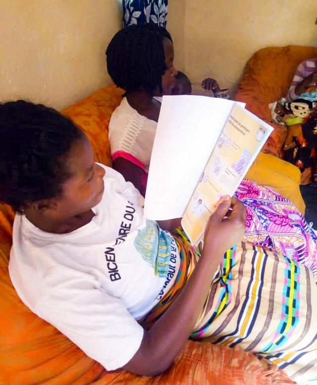 Семья изучает информацию о коронавирусе, которую предоставил санитарный инструктор.