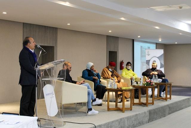 Мохамед бен Муса из Управления внешних связей тунисской общины бахаи выступает на собрании, недавно организованном общиной бахаи совместно с неправительственными организациями Туниса для изучения новых концепций гражданского общества.