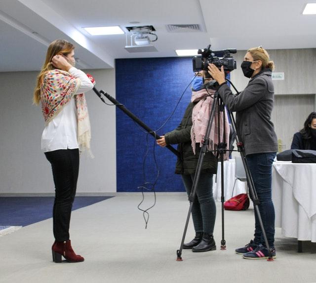 Интервью с Саной Летаиф, членом общины бахаи, во время мероприятия. Присутствующие журналисты затем выпустили ряд статей и передач, которые способствовали повышению осведомлённости общества об идеях, обсуждавшихся на собрании.