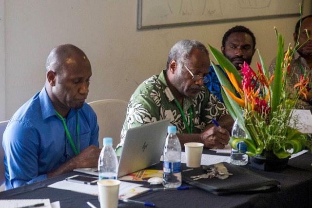 Многие виды деятельности на Вануату были разрешены правительством, в том числе личные встречи, поскольку страна по-прежнему в значительной степени свободна от коронавируса. Участники собрания по вопросам образования, организованного общиной бахаи Вануату.
