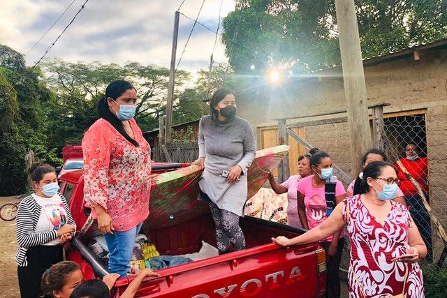 Бахаи в Ла-Лиме сразу после урагана «Эта» мобилизовались, чтобы доставить помощь наиболее пострадавшим людям.